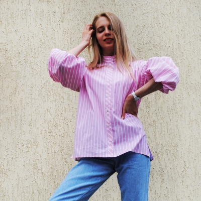 Рубашка свободного кроя с рукавами-буфами в бело-розовую полоску