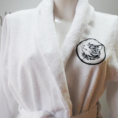 Женский махровый халат с вышивкой на груди мордочки кота