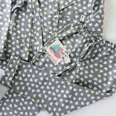 Пижамные брюки сердечки на сером фоне