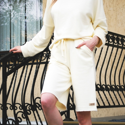 Шорты с карманами в стиле сафари цвета экрю