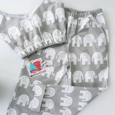 Брюки с карманами слоны на сером фоне